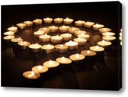 Постер Огненная спираль на деревянном столе.
